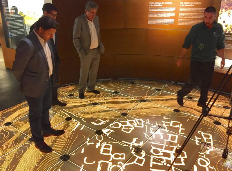 O secretario xeral da Emigración, no Centro de Interpretación conxunto arqueolóxico de San Cibrao de Las