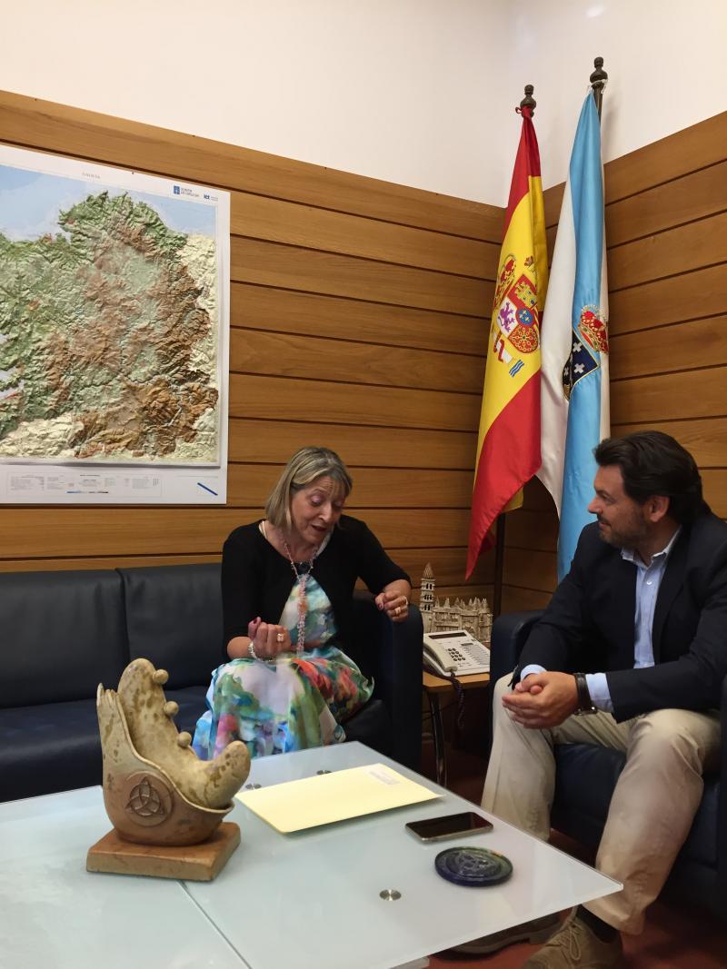 O secertario xeral da Emigración e a presidenta do Lar Galego de Pamplona, durante a reunión celebrada en Santiago de Compostela