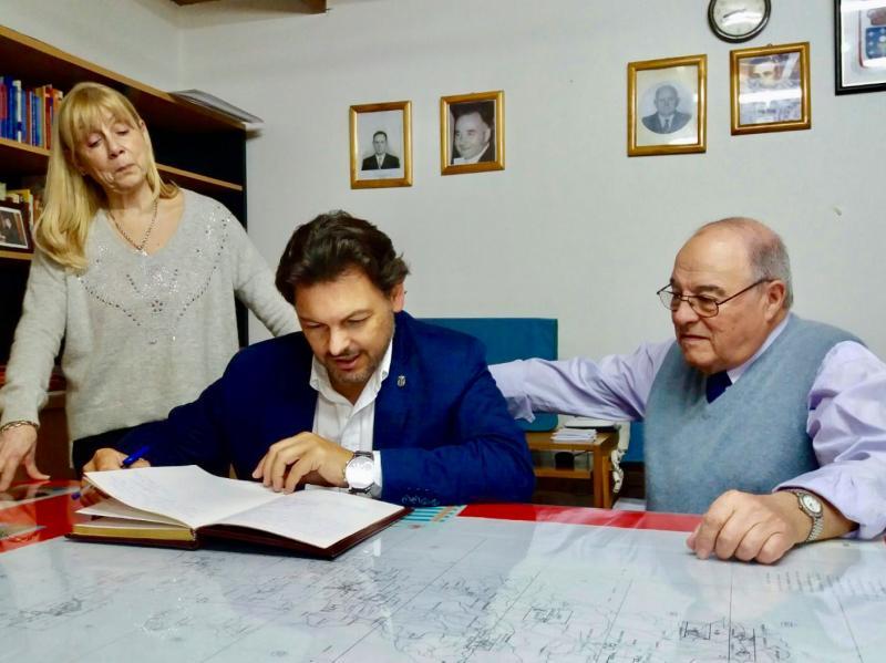 Na imaxe, o secretario xeral da Emigración na súa visita á sede da Asociación 'Hijos de Zas'