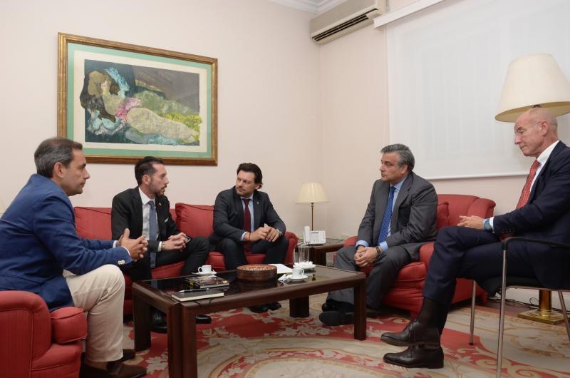 Imagen de la reunión en la Embajada, de izquierda a derecha: Alejandro y González (de la Hermandad Gallega de Caracas), Miranda, Silva y Camba