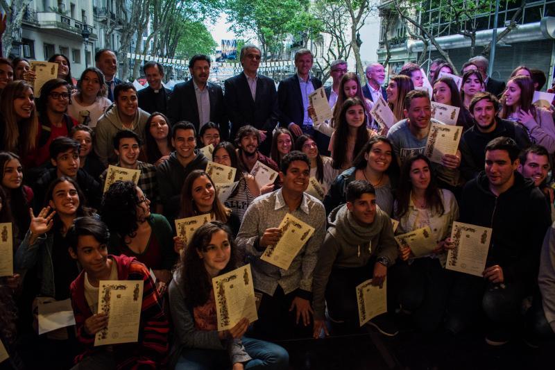 """As 'compostelas' foron entregadas aos mozos e mozas participantes no programa posto en marcha polo goberno galego """"Conecta con Galicia 2017"""""""