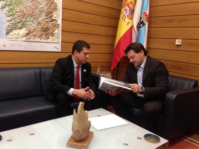 Coelho (á esquerda) e Miranda, durante a xuntanza celebrada no despacho deste en Santiago de Compostela