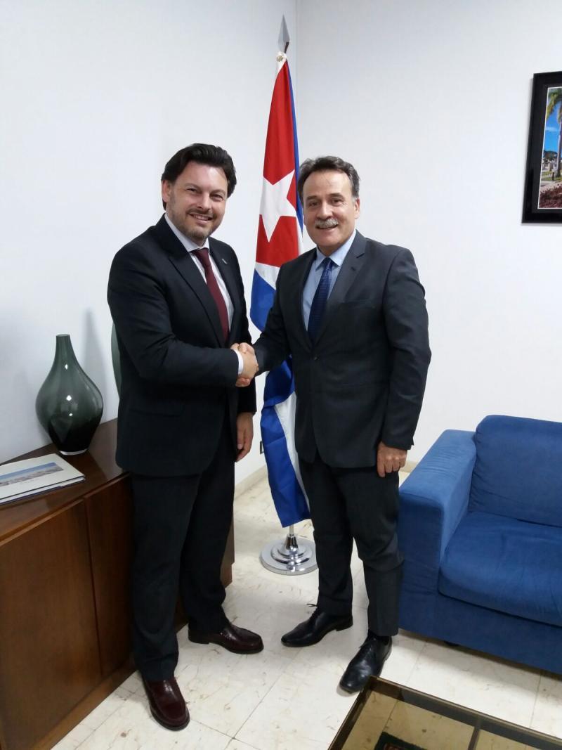 Miranda e Machín, durante a xuntanza celebrada na embaixada cubana en Madrid