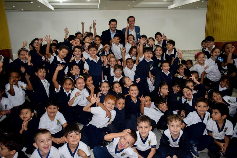 As e os cativos do Colexio Castelao recibiron como agasallo o libro «O ronsel  de Ardora, pequena biografía de Ángeles Alvariño», de Lela Edicións