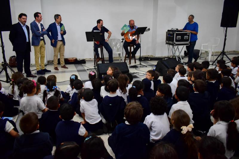 Os pequenos e pequenas puideron gozar dun concerto de cancións infantís interpretadas por Luís Vaamonde Polo e Alfredo Villalba Dourado, do grupo musical A Roda