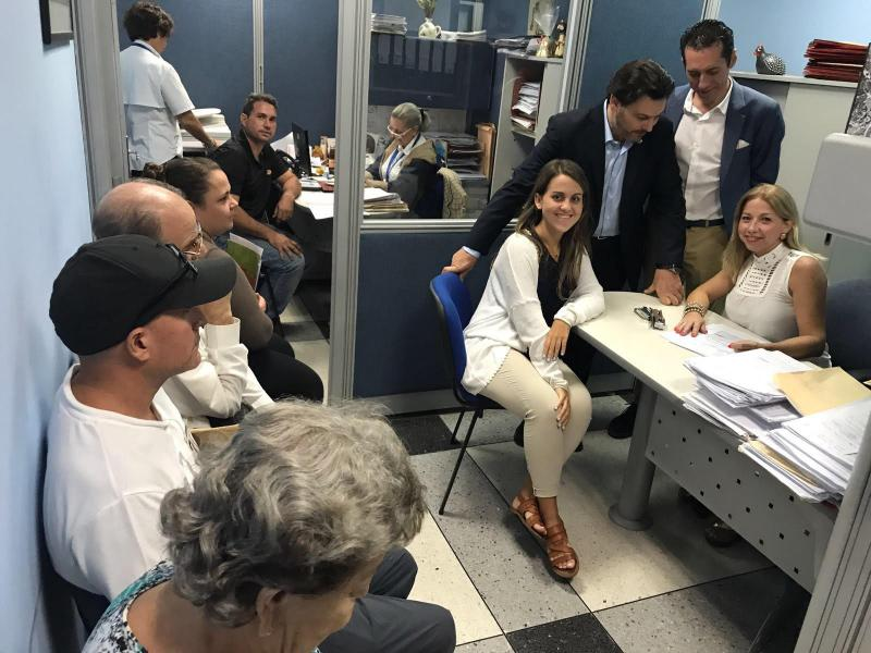 Na imaxe, o secretario xeral da Emigración durante a visita á oficina de atención social da Hermandad Gallega de Venezuela
