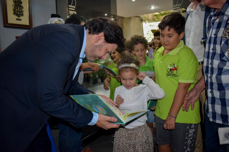 O secretario xeral da Emigración fíxolles entrega do libro 'Picariño, Pura e Dora Vázquez na voz de Suso Vaamoonde'