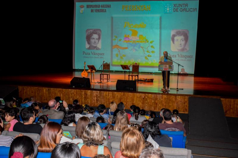 Os cativos e cativas gozaron no Teatro Rosalía de Castro da agrupación caraqueña dun concerto prenavideño con Luís Vaamonde e Alfredo Villalba, do grupo A Roda