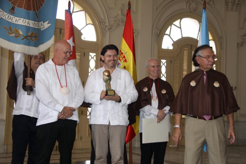 El secretario xeral da Emigración (en el centro de la imagen) hizo entrega del 'Premio da Galeguidade', otorgado por la  Enxebre Orde da Vieira, al presidente de la Federación de Sociedades Gallegas en Cuba,  Sergio Toledo