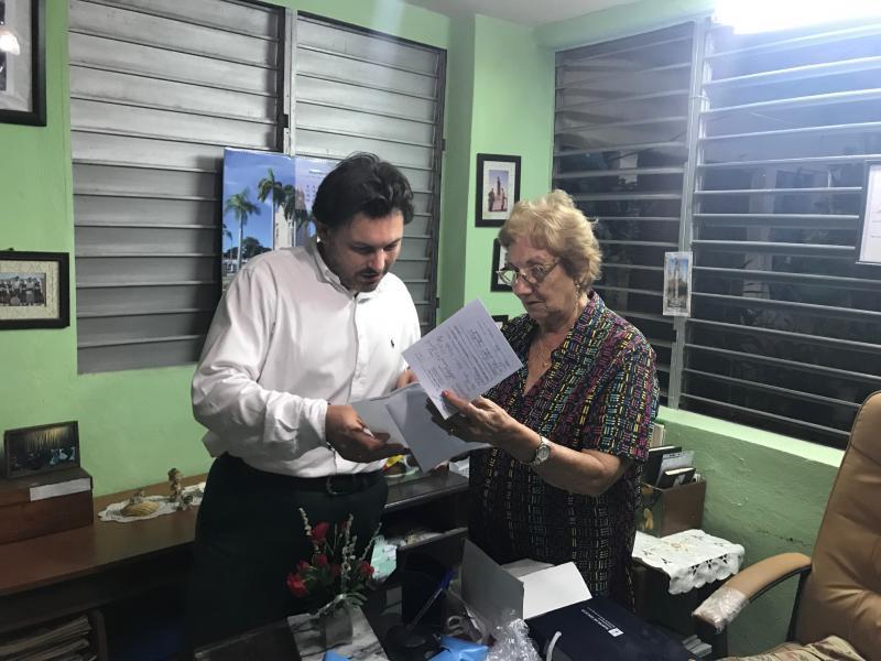 En la imagen, el secretario xeral da emigración, Antonio Rodríguez Miranda, con la coordinadora de Santiago de Cuba,  Josefina Castro Diego