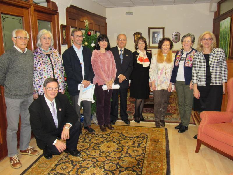 Foto de grupo do e da premiada xunto con membros da Xunta Directiva do Centro Galego de Santander