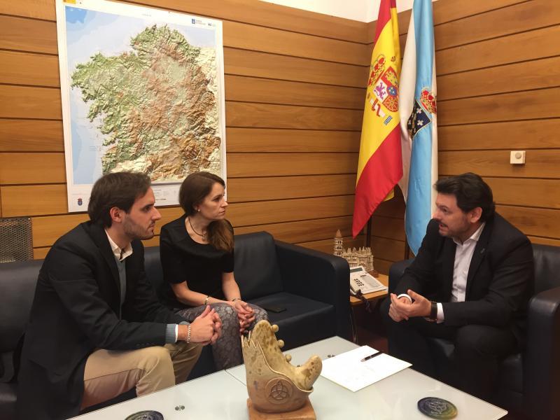 O secretario xeral da Emigración mantivo unha xuntanza con Carmen Cruz e Jesús Pazos, responsables do Centro Benéfico Social Hijos de la Estrada de Caracas