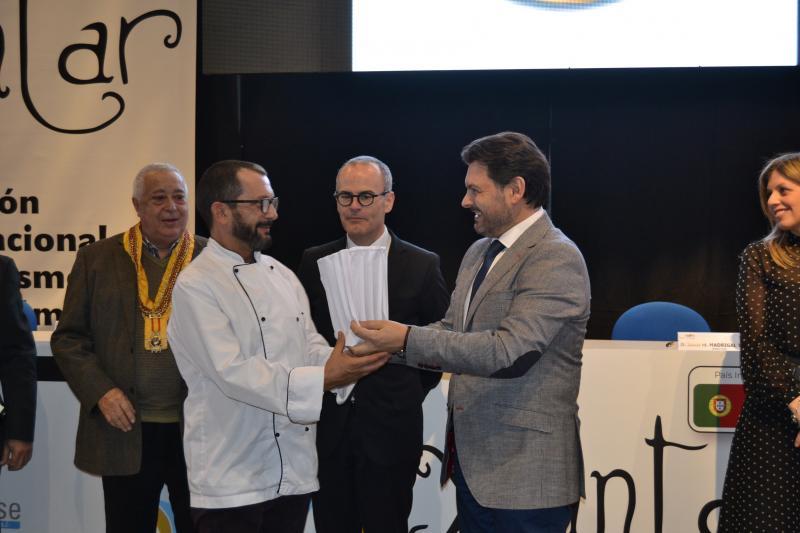 O secretario xeral da Emigración e o alcalde de Ourense, durante a entrega dun dos galardóns