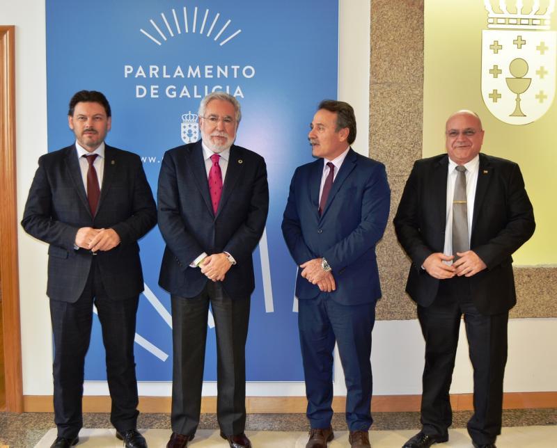 De esquerda a dereita: o secretario xeral da Emigración; o presidente do Parlamento de Galicia; o embaixador de Cuba en España e o cónsul xeral de Cuba en Santiago de Compostela