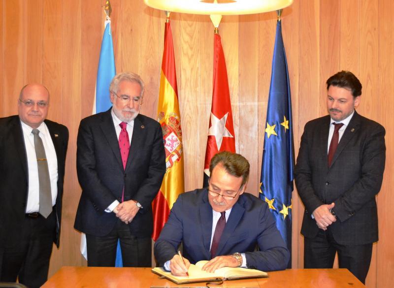 O embaixador de Cuba en España, Gustavo Machín Gómez, asinando no Libro de ouro da Cámara
