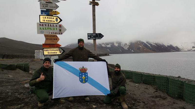 En la imagen, los tres gallegos de la expedición