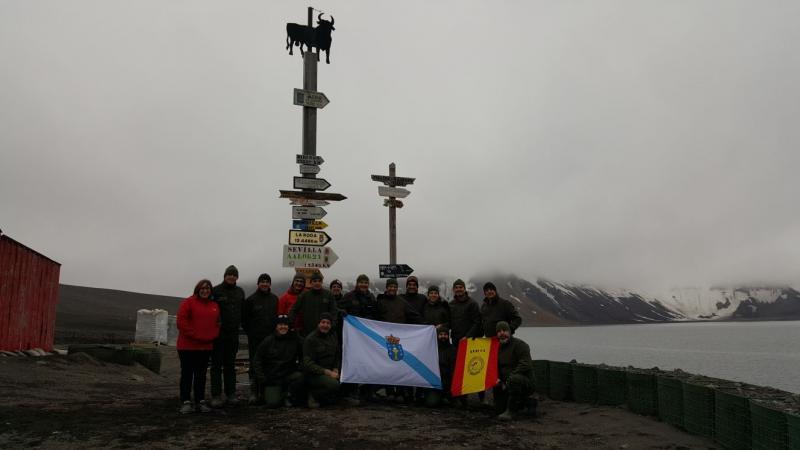 Na imaxe, as e os integrantes da XXXI Campaña Antártica