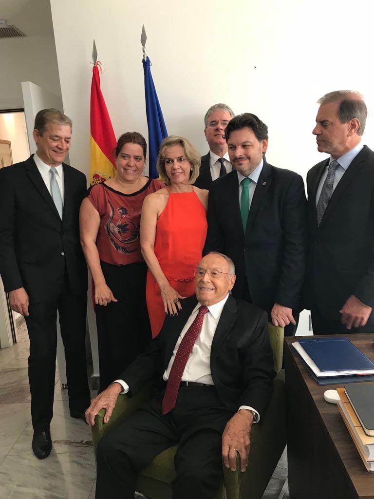 El secretario xeral da Emigración participó en un homenaje que reconoció la trayectoria de este vecino natural de Fornelos de Montes y asentado en Salvador de Bahía