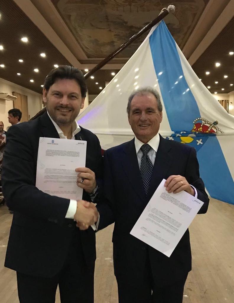 Imagen de la firma del convenio con la Sociedade Rosalía de Castro de Santos