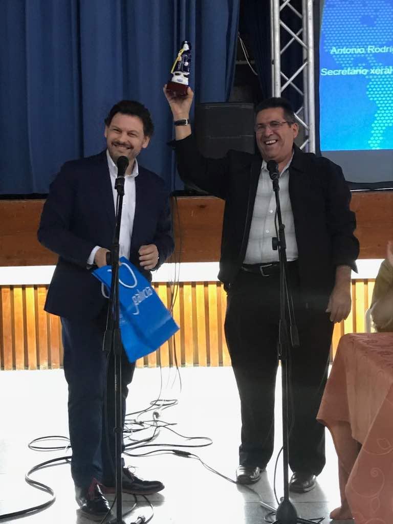 Miranda entrega un presente ao presidente do Centro Hispano, Argenis Navarro
