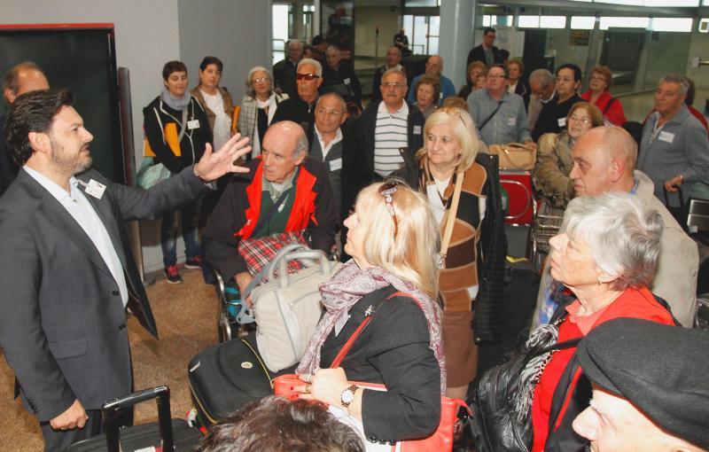 """Chegada ao aeroporto dos participantes dunha edición anterior de """"Reencontros na Terra"""""""