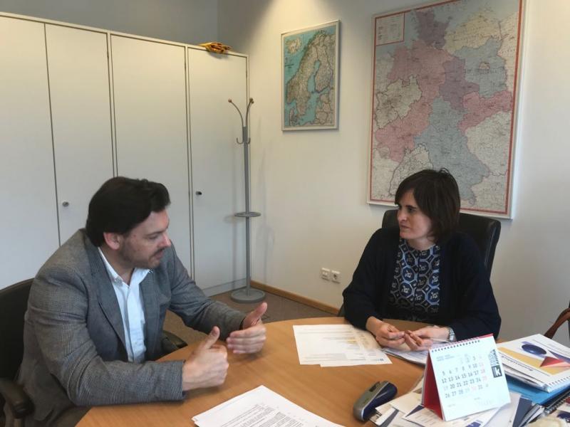 Antonio Rodríguez Miranda e Irune Itarribel Irulegui, consejera de Educación de la Embajada de España en Alemania, durante la reunión celebrada en Berlín