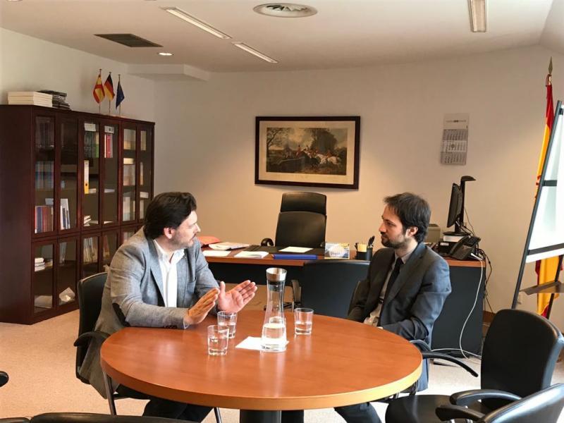El secretario xeral da Emigración (a la izquierda) y el consejero de Empleo y Seguridad Social de la Embajada de España en Alemania, durante la reunión celebrada en Berlín