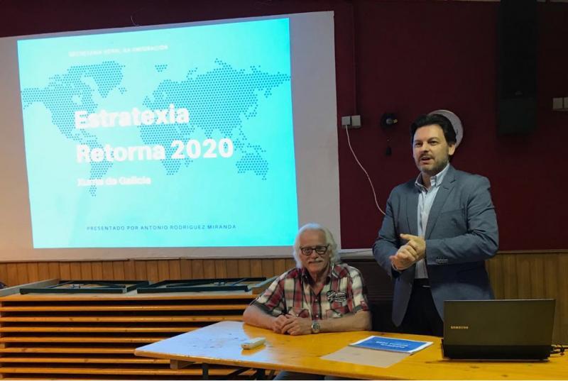 O secretario xeral da Emigración -e ao seu carón Gerardo Arias González, presidente da entidade galega na cidade bávara- durante a charla no Centro Galego de Nürnberg