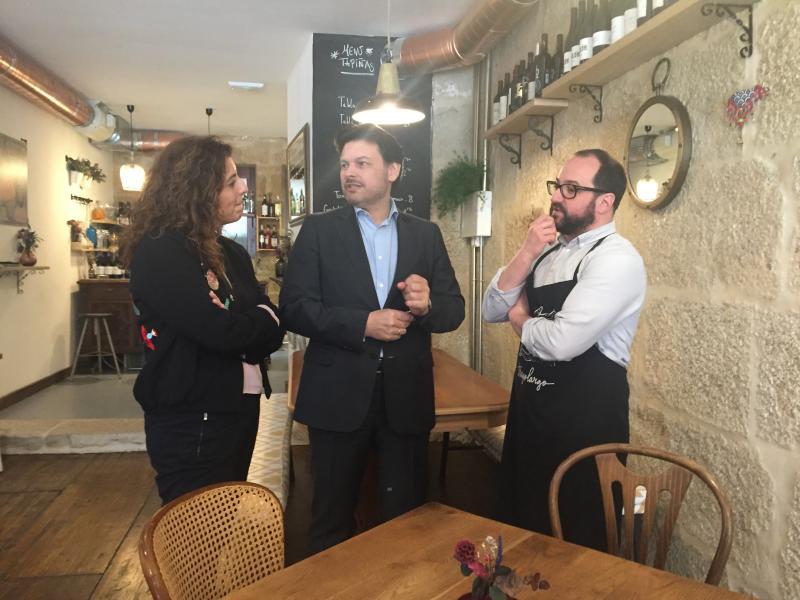 O secretario xeral da Emigración visitou na capital pontevedresa un dos sete negocios que recibiron unha das Axudas ao Retornado Emprendedor