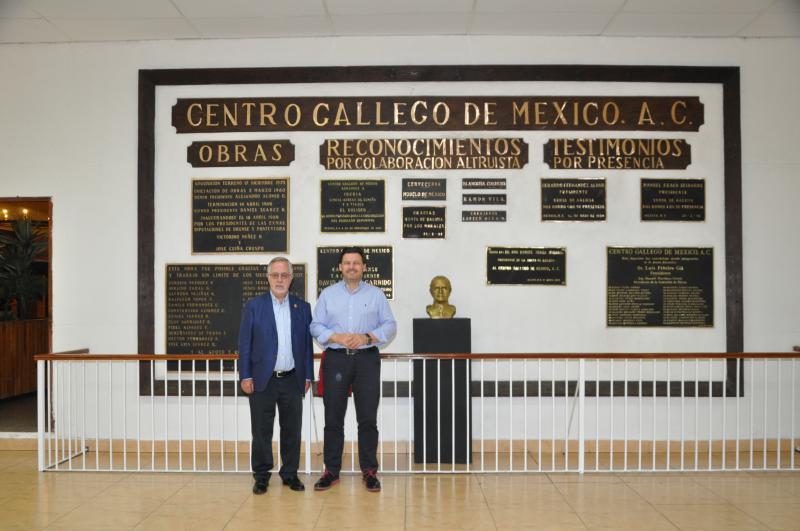 O presidente do Centro Gallego de México, Florencio Gulías, e o secretario xeral da Emigración, Antonio Rodríguez Miranda, na sede da entidade galega na capital azteca