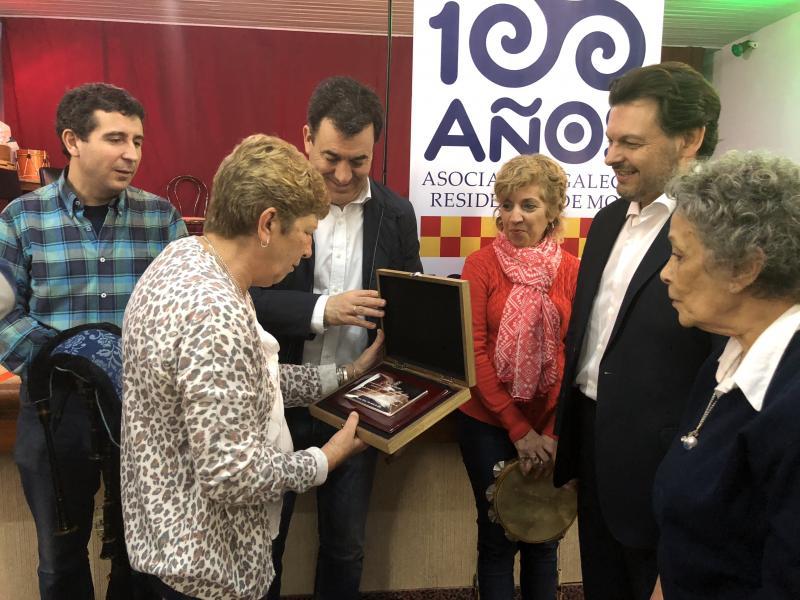 Imaxe da visita á Asociación Residentes de Mos, que este ano celebra o seu centenario, e entrega dunha placa conmemorativa á súa presidenta, Isabel Vilela Louriño