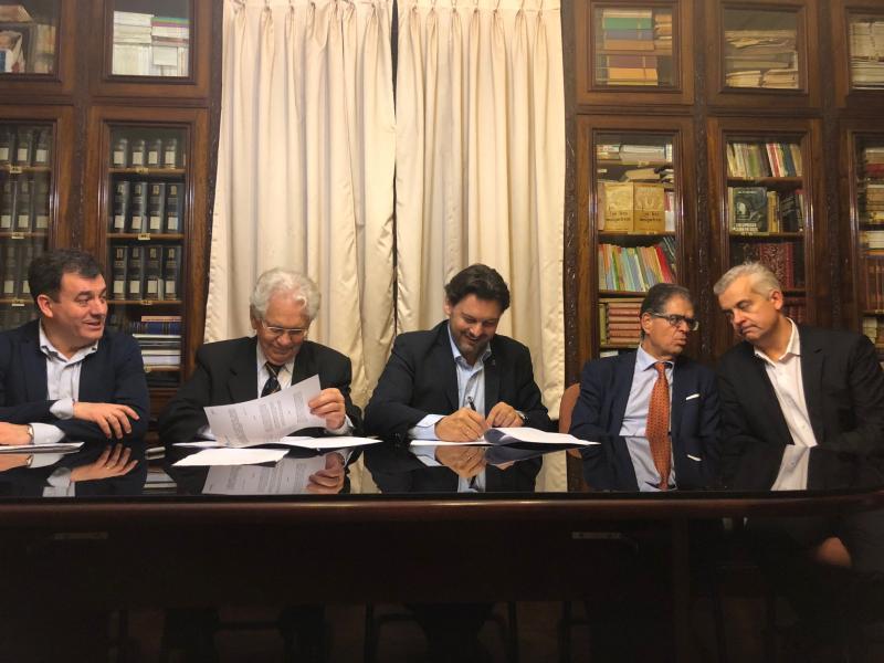 Miranda, antes da presentación do libro, asinou un convenio co Hogar Español de Montevideo dotado con 40.000 euros