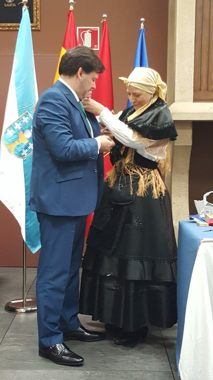 O secretario xeral da Emigración recibiu a insignia do Lar Gallego que impón a entidade galega da capital navarra