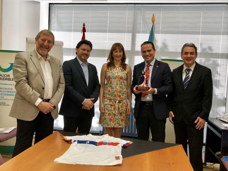 A secretaria xeral do Deporte e o da Emigración e o xerente do Xacobeo recibiron aos representantes da entidade de fútbol, que están a incorporar a Cruz de Santiago no seu equipamento
