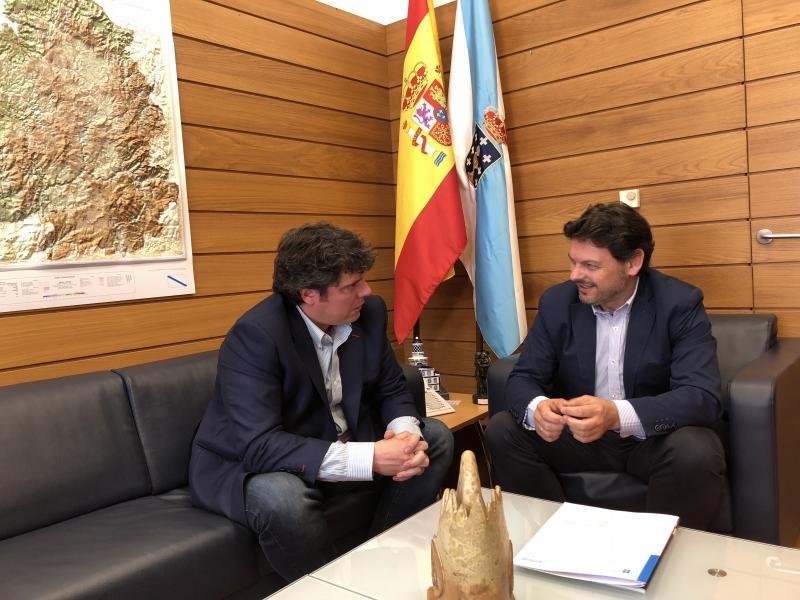 O secretario xeral da Emigración e o presidente do Centro Galego de Barcelona, durante a reunión celebrada no despacho do primeiro en Santiago de Compostela