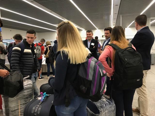 Imaxe da chegada das e dos primeiros participantes chegados ao aeroporto de Santiago de Compostela, procedentes de Arxentina, Brasil, México e España