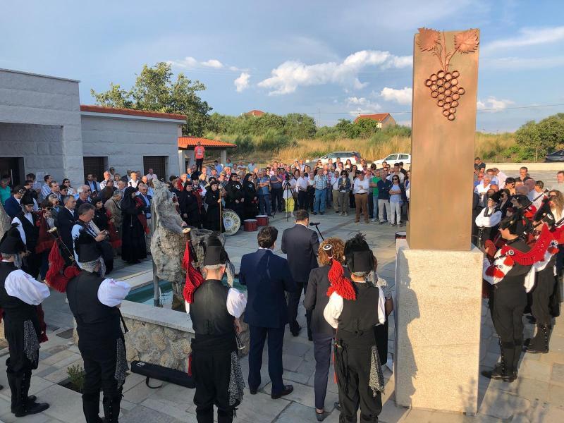 O secretario xeral da Emigración dedicou unhas emotivas palabras ao párroco galego afincado en Londres durante a celebración do seu nomeamento como fillo predilecto do Concello de Monterrei