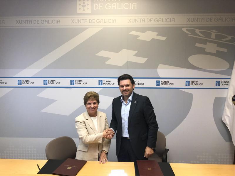 Antonio Rodríguez Miranda e Regina Jallas, durante a sinatura convenio esta mañá en Santiago de Compostela