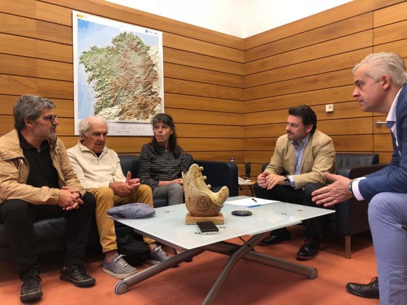 José Solla (segundo pola esquerda) e Antonio Rodríguez Miranda (cuarto), durante a reunión celebrada no despacho do secretario xeral da Emigración en Santiago de Compostela