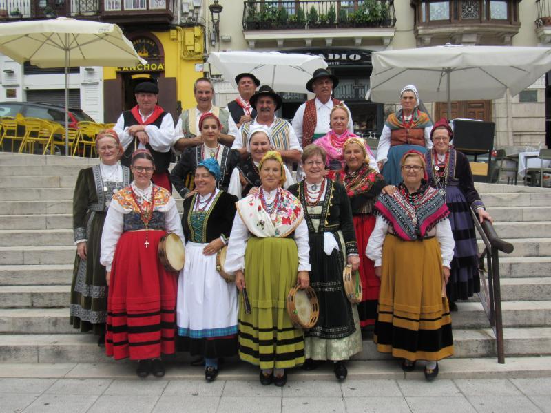 """Foto 10. Actuación do grupo folclórico do """"Traje Regional Cántabro"""" de Torrelavega na praza de Cañadío"""