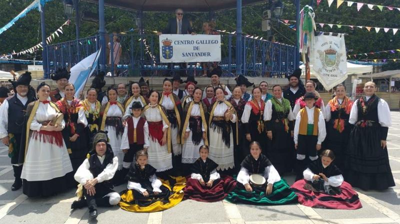 """Foto 11. O Grupo de Gaitas """"Santaia"""" de Oleiros (A Coruña) actuando na praza Pombo de Santander"""