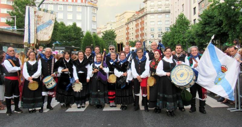 "Foto 3. Desfile do Grupo de Gaitas do Centro Galego de Santander ""Airiños da Terra"", no inicio das festas de Santiago de Santander"