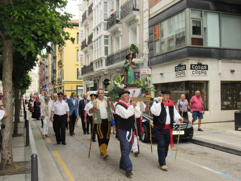 Foto 4. Membros do Traje Regional Cántabro de Torrelavega portando a imaxe do Apóstolo