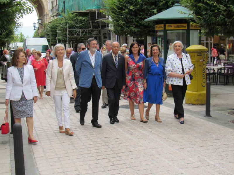 Foto 5. Desfile de Santiago. A alcaldesa de Santander, Gema Igual (3ª pola dereita), en compañía da Xunta Directiva do Centro Galego e a concelleira Pilar Pescador (2ª pola esquerda)