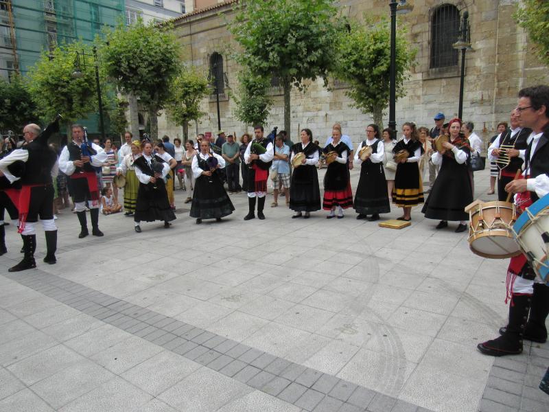 """Foto 9. O Grupo do Centro Galego de Santander """"Airiños da Terra"""" actuando na praza de Cañadío"""