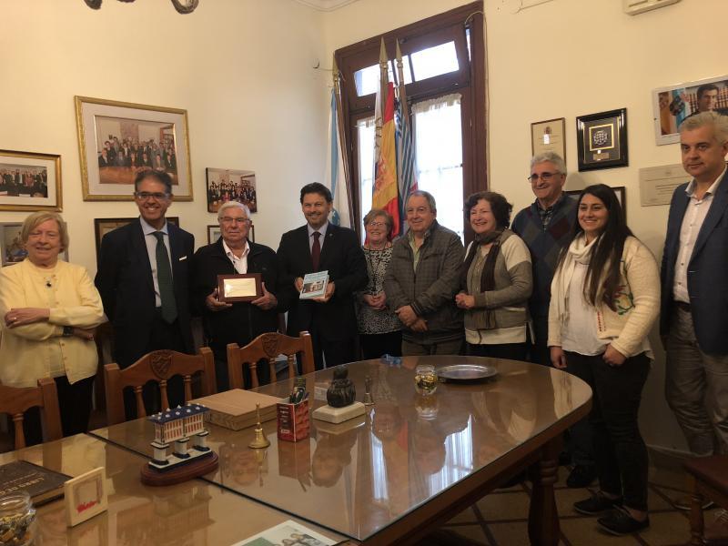 O secretario xeral da Emigración, Antonio Rodríguez Miranda, co presidente, Roberto Pérez Burgos, e o resto da directiva da Unión Hijos de Morgadanes do Uruguai, a quen entregou un agasallo conmemorativo do seu centenario