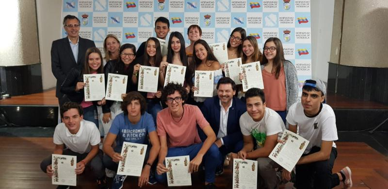Foto da entrega de Compostelas ás mozas e mozos galegos de Venezuela participantes no 'Conecta con Galicia 2018'
