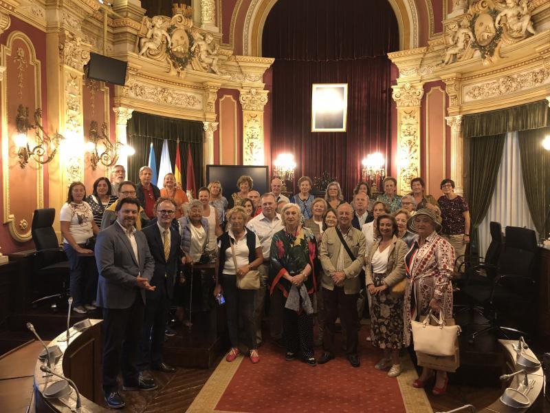 Xesús Vázquez, alcalde de Ourense, explicoulles a historia do edificio que acolle a Casa Consistorial ourensá