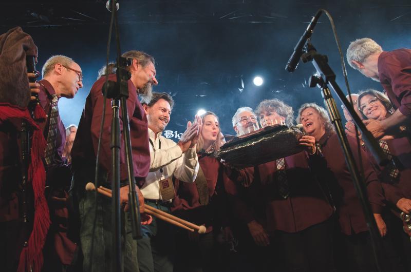 Miranda entregou á banda de gaitas -creada en 1998 no seo do Centro Galego de Madrid- unha placa conmemorativa do seu 20º aniversario