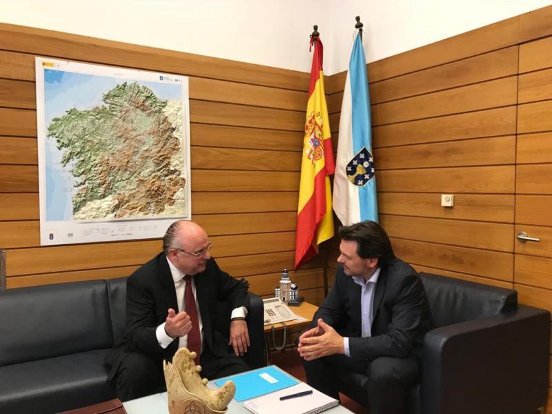 El secretario xeral da Emigración y el nuevo presidente de la Casa de Galicia de Montevideo, durante la reunión celebrada en Compostela